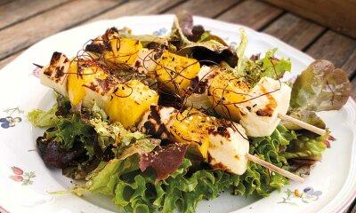 Sommersalat mit gegrillten Mango-Käse-Spießen