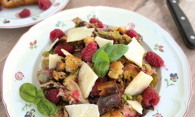 Bunter Blattsalat mit Himbeer-Basilikum-Vinaigrette und Parmesan